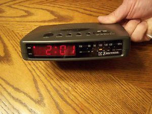 Emerson Am FM Digital Alarm Clock Radio CK5027 Works Great