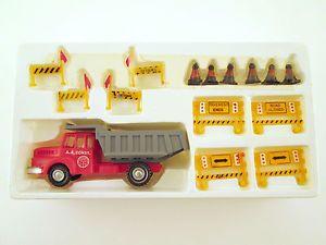 AHM HO Scale Accessories 5614 Construction Set w Dump Truck Barriers JO5
