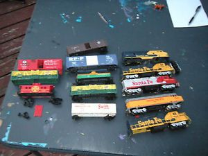 Life Like Vintage HO Scale Train Piece Lot 5 Engines 8 Cars for Parts not Tested